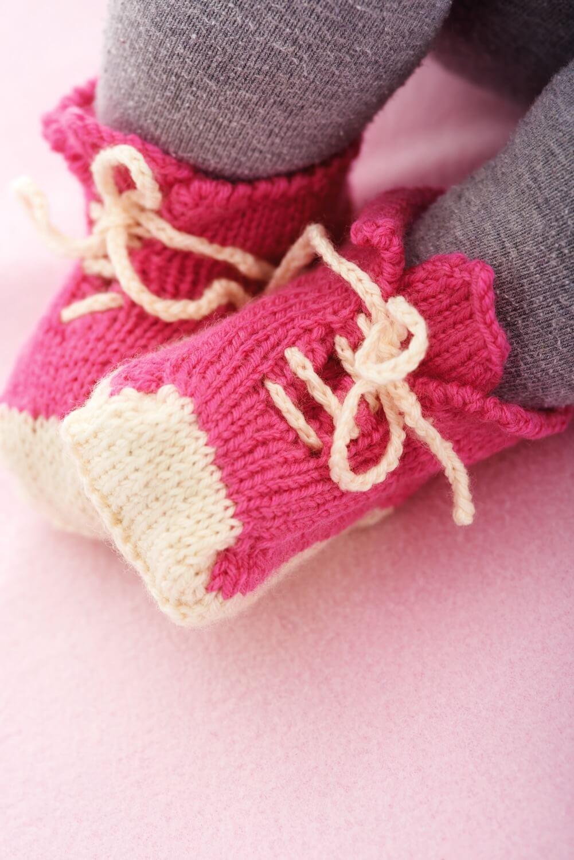 Gestrickte Baby-Schuhe in Sneaker-Optik