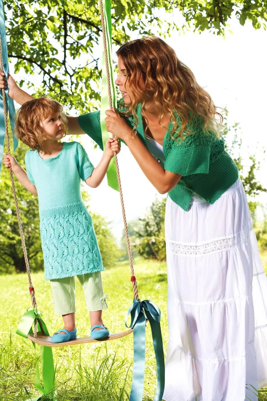 Gestricktes Kinderkleid mit Lochmuster