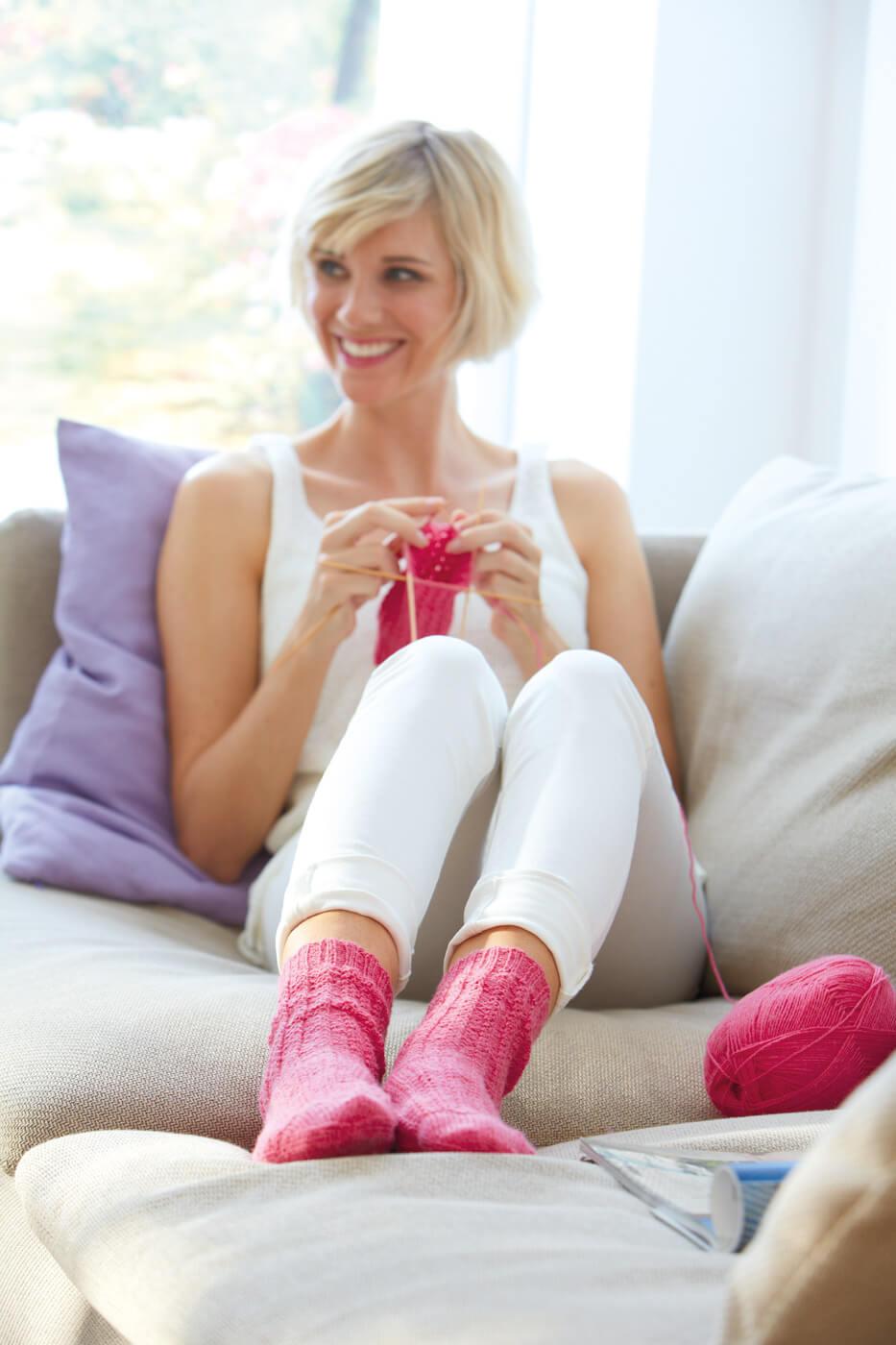 Strick-Socken im Mini-Zopfmuster